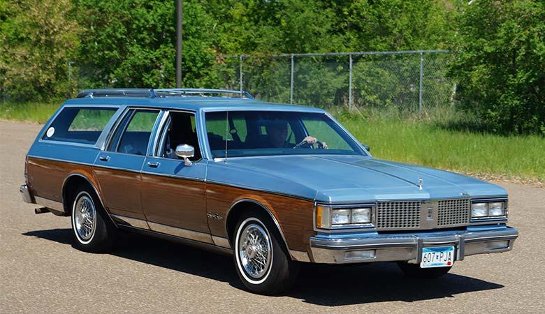 1989_Oldsmobile_Custom_Cruiser_(26557446393)