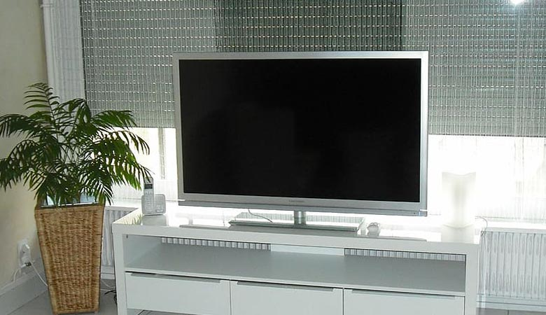 65-inch-TV-with-a-stand-60-pounds